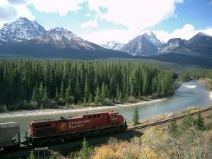 Tren a lo largo de las rocosas
