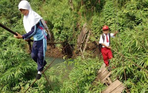 Pupils Walking On A Tightrope 30 Feet Above A River, Padang, Sumatra, Indonesia1 copyright Panjalu Images  Barcroft Media