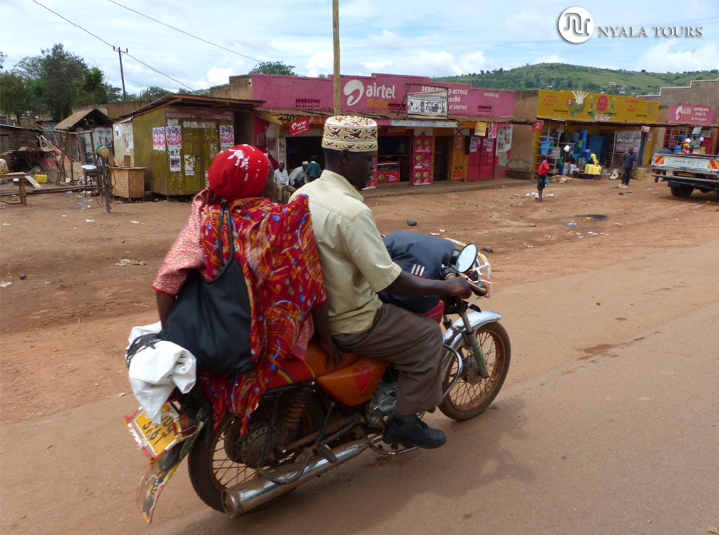 Muslemanes en una moto, por el camimo a Kampala.  Muslims on a bike, on the way to Kampala