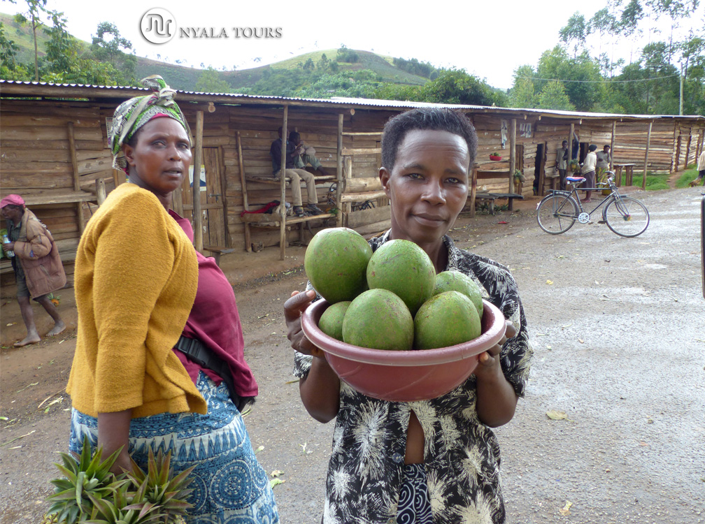 Vendedora de aguacates, por el camino a Kampala. Avocado vender, on the way to Kampala.