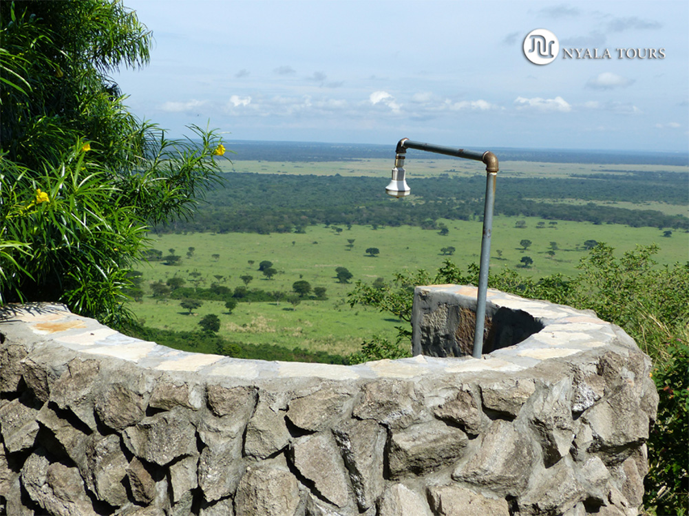 Una ducha con vistas.    A shower wtih a view.   Engazi Game Lodge, Queen Elizabeth