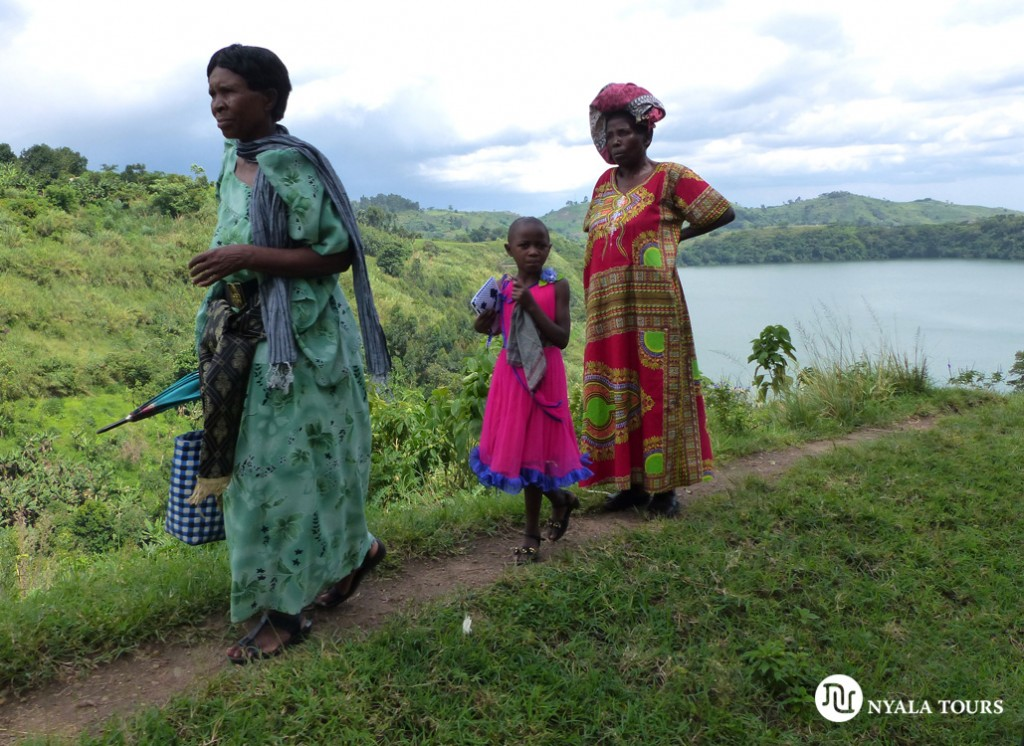 Mujeres andando cerca de un lago en Kibale.  Women walking by crater lake, Kibale.