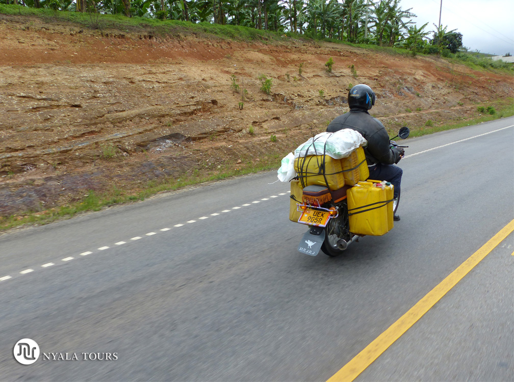 Bidones amarillos en la moto, por el camino a Kampala. Yellow jerricans on bike, on the way to Kampala.