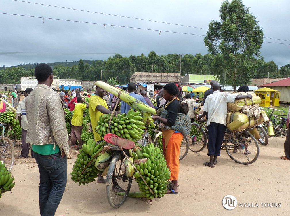 Mercado de bananas por el camino a Kampala.   Banana market, on the road to Kampala.