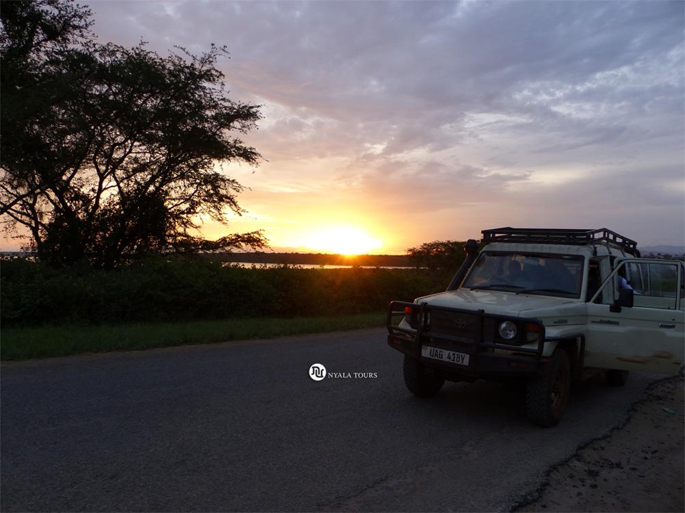 Puesta del sol llegando al Parque Nacional Queen Elizabeth   Sunset reaching Queen Elizabeth