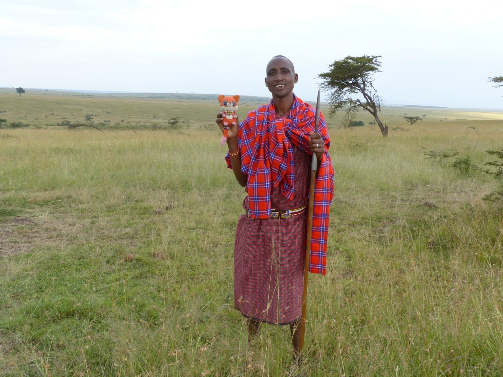 Ruby con el guía Masai en Masai Mara.   Ruby with the Masai guide, Masai Mara.