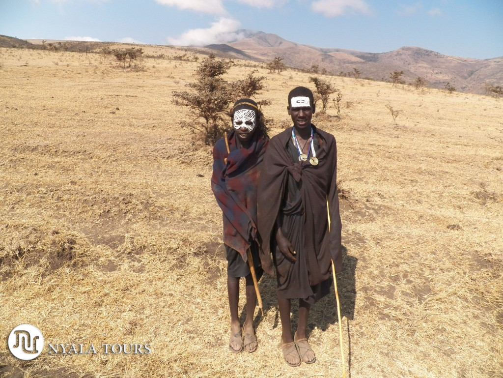 area-de-conversacion-de-ngorongoro-masai-cirucmisized-boys